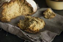Bochenek żyto chleb na popielatej pielusze na drewnianym stole, wieśniaka styl Zdjęcie Stock