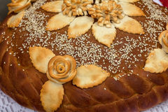 Bochenek biały chleb z Złotą skorupą i kwiatami zdjęcia royalty free