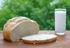 Bochenek biały chleb, ciie bochenek chleb i mleko w szkle zdjęcie royalty free