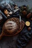Bochenek chleb i nóż na stole fotografia stock