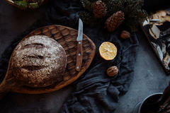 Bochenek chleb i nóż na stole zdjęcie royalty free