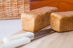 Bochenek chleb jest na desce Zdjęcia Royalty Free