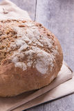 Bochenek chleb na starym drewniany stół, zakończenie Obrazy Stock