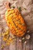 Bochenek chleb piec z cheddaru serem, czosnkiem i ziele closeu, Obrazy Stock