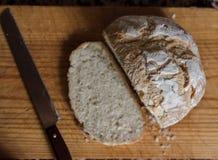 Bochenek chleb w kuchni obrazy stock