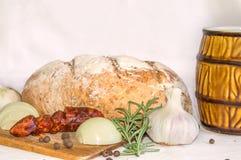 Bochenek chleb z piwem na białym tle Zdjęcie Stock