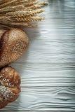 Bochenek chleba żyta ucho na białej desce Obraz Stock