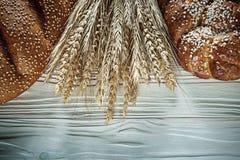 Bochenek chleba żyta ucho na białej drewnianej desce Zdjęcia Stock