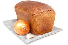 Bochenek chleba, cebuli i czosnku goździkowy isoleted na bielu, Zdjęcia Royalty Free