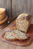 Bochenek chleba cięcie w plasterki Zdjęcie Royalty Free
