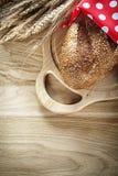 Bochenek chleba żyta ucho kropki tkaniny ciapania czerwona deska na wo Obraz Stock