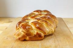 Bochenek cukierki splatał chleb na drewnianym talerzu Zdjęcia Royalty Free