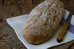Bochenek domowej roboty chleb od całych adry i żyta mąki whith sezamowych ziaren na drewnianym tle kosmos kopii Fotografować z Fotografia Royalty Free