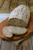 Bochenek domowej roboty chleb od całych adry i żyta mąki whith sezamowych ziaren na drewnianym tle kosmos kopii Fotografować z Obrazy Stock