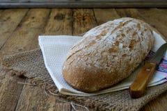 Bochenek domowej roboty chleb od całych adry i żyta mąki whith sezamowych ziaren na drewnianym tle kosmos kopii Fotografować z Fotografia Stock