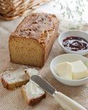 Bochenek domowy robić paleo chleb z masłem i dżemem obraz royalty free