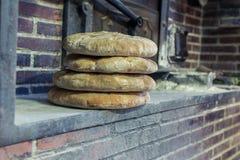 Bochenek ostatnio robić w tradycyjnego stylu palenia piekarniku chleb obraz royalty free