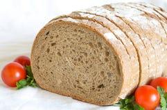 Bochenek pokrojony chleb z pomidorami Obrazy Stock
