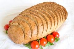 Bochenek pokrojony cornbread z pomidorami Obrazy Royalty Free