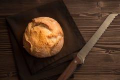 Bochenek pszeniczny chleb na drewnianym stole zdjęcia royalty free