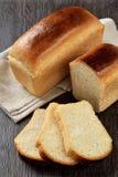 Bochenek pszeniczny chleb z plasterkami fotografia royalty free