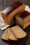 Bochenek żyto chleb z plasterkami zdjęcie royalty free