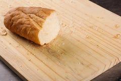Bochenka chleb ciący z nożem Fotografia Royalty Free