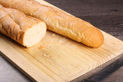 Bochenka chleb ciący z nożem Obraz Stock
