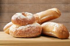 Bochenki chleb na drewnie Obrazy Stock