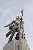 Bochiy I Kolkhoznitsa (arbetaren och kolchoskvinnan) staty i Moskva arkivfoto