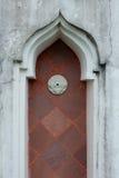Bochten rode houten deur Stock Afbeeldingen
