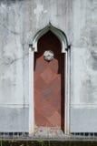 Bochten rode houten deur Stock Foto