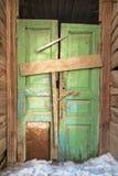 Bochtige groene deur in oud blokhuis Royalty-vrije Stock Fotografie