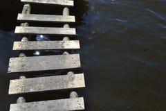 Bochtige oude houten brug Stock Foto