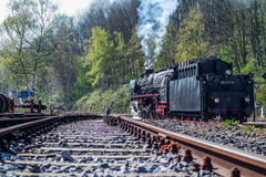 Bochum, Alemanha - 18 de abril de 2015: Trem do vapor que passa a estação em Dahlhausen imagem de stock