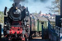 Bochum, Duitsland - April 18 2015: Stoomtrein die de post in Dahlhausen overgaan royalty-vrije stock foto's