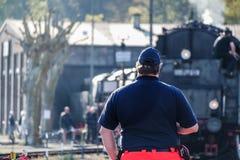 Bochum, Germania - 18 aprile 2015: Lavoratore osservando le attività alla stazione principale ferroviaria Immagine Stock