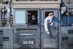 Bochum, Germania - 18 aprile 2015: Lavoratore osservando le attività alla stazione principale ferroviaria Immagine Stock Libera da Diritti