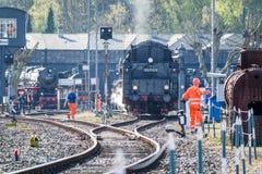 Bochum, Germania - 18 aprile 2015: Lavoratore osservando le attività alla stazione principale ferroviaria Fotografie Stock