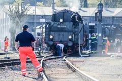 Bochum, Germania - 18 aprile 2015: Lavoratore osservando le attività alla stazione principale ferroviaria Fotografia Stock