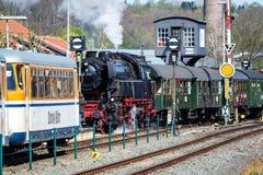 Bochum Tyskland - April 18 2015: Ångadrev som passerar stationen i Dahlhausen Arkivfoton