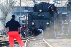 Bochum Tyskland - April 18 2015: Arbetare observera aktiviteterna på den järnväg huvudsakliga stationen Arkivbilder