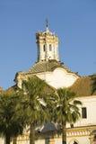 Bociany gniazdują na biały katedry wierza z pięknym światłem słonecznym w wiosce Południowy Hiszpania z autostrady A49 za zachód  Zdjęcia Stock