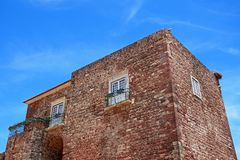 Bociany na miasto bramy budynku, Silves, Portugalia Zdjęcia Royalty Free
