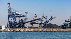 Bock- und Massenkräne sind im Hafen stockbilder