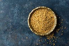 Bockhornsklöverfrö på metallplattan, krydda, kulinarisk ingrediens arkivfoton