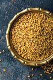 Bockhornsklöverfrö på metallplattan, krydda, kulinarisk ingrediens royaltyfri foto