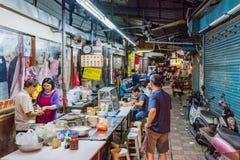 Boczna ulica z sprzedawcami w Jingmei nocy rynku Zdjęcie Royalty Free