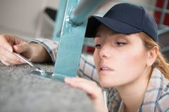 Bocznego widoku doświadczony ręczny żeński pracownik zdjęcie royalty free