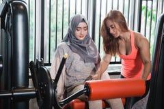 Bocznego widoku nogi kędzioru maszynowego ćwiczenia kobiet sadzający muzułmański hijab Fotografia Stock